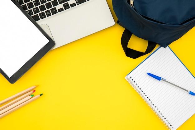 Útiles escolares con laptop y tablet