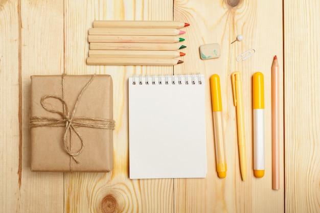 Útiles escolares de madera diferentes
