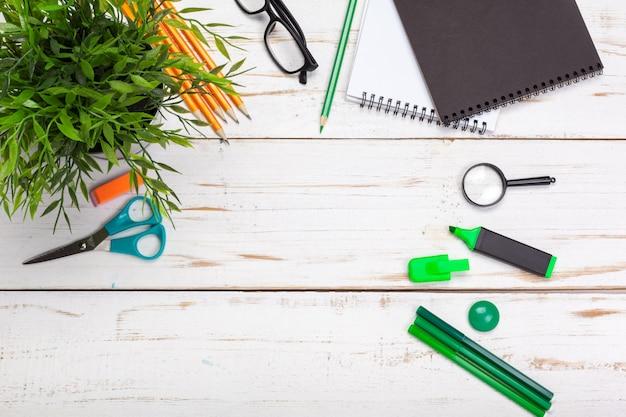 Útiles escolares y de oficina en superficie blanca