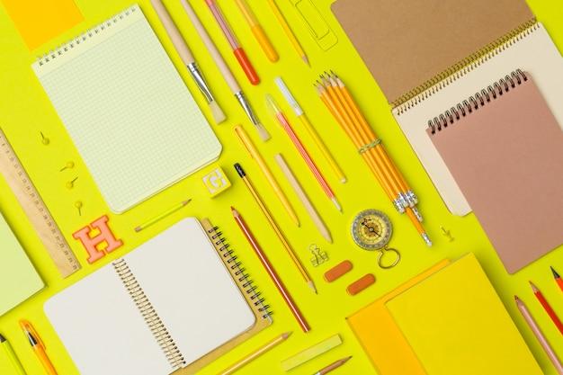 Útiles escolares en papel de colores
