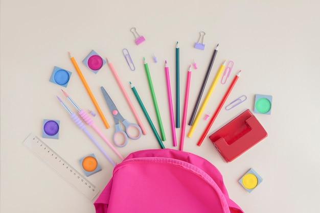 Útiles escolares salidos de la mochila.