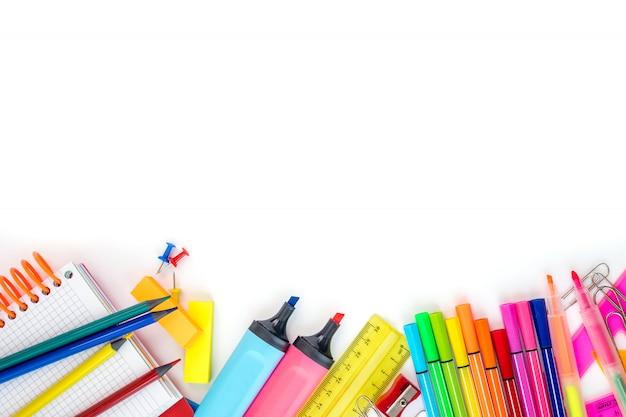 Útiles escolares sobre fondo blanco con espacio de copia