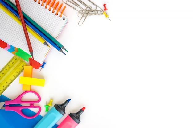 Útiles escolares sobre fondo blanco. espacio libre para texto. vista superior