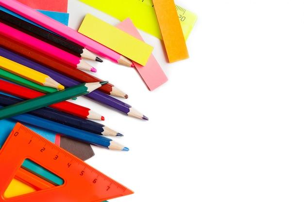 Útiles escolares sobre fondo blanco listos para su diseño