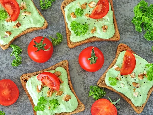 Útiles tostados coloridos de la aptitud con requesón, tomate y verdes.
