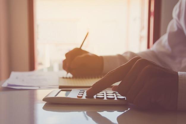 Utilizando una calculadora financiera con escritura anotar y análisis de datos financieros en el escritorio