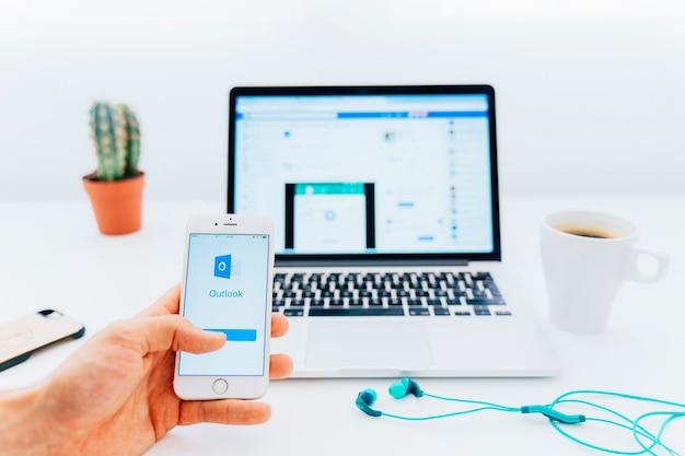 Utilizando outlook en el móvil y facebook en el portátil