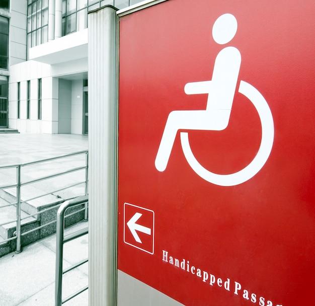 Utilizando rampa para silla de ruedas.