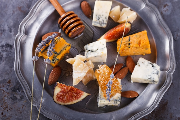 Uva, queso, higos y miel. plato de queso.