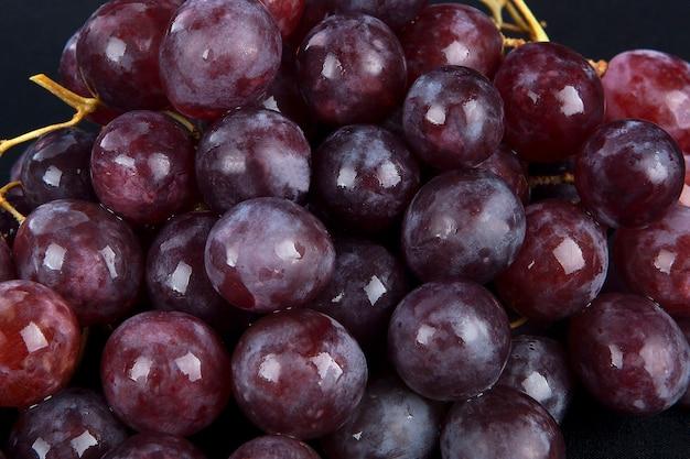 Uva roja con gotas de agua