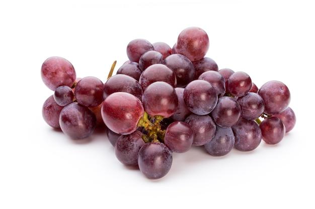 Uva roja madura aislado en blanco