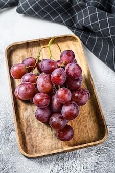 Uva roja madura rosa racimo de uva madura. fondo blanco.