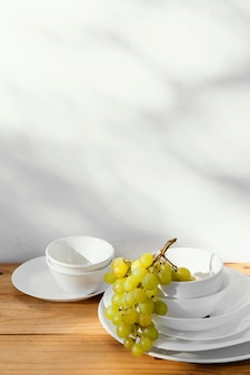 Uvas abstractas mínimas y pila de platos