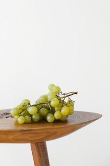 Uvas abstractas mínimas sobre la mesa