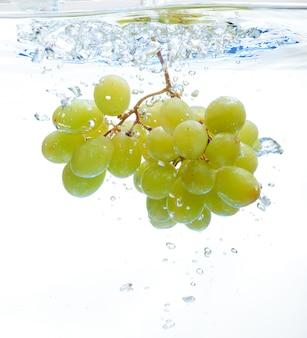 Uvas en el agua