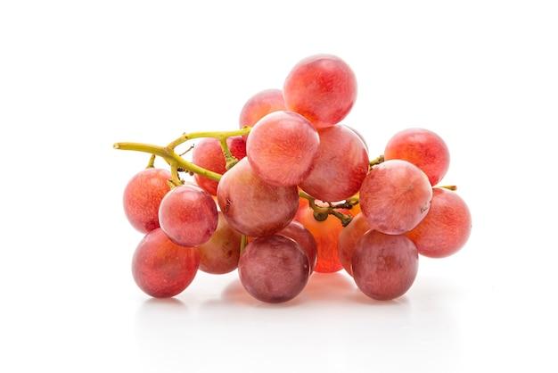 Uvas frescas en mesa blanca
