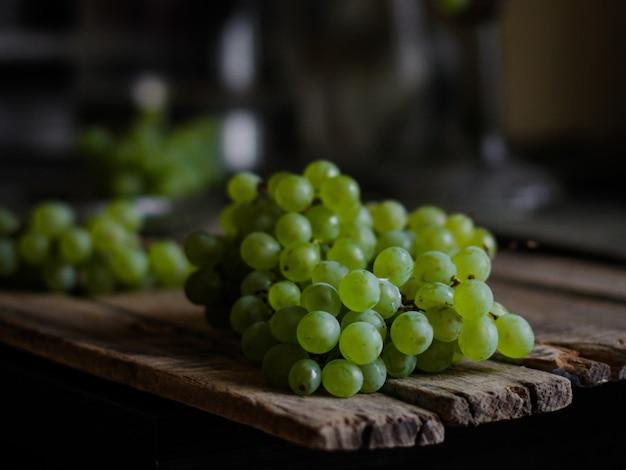 Uvas frescas en un plato