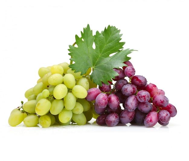 Uvas frescas rosas y verdes con hoja