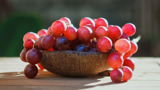 Uvas frescas. uvas rojas con un concepto natural. con luz disponible