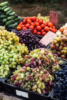 Uvas en el mercado vendiendo cultivos antes de acción de gracias