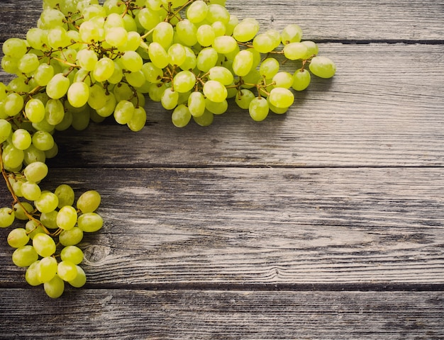 Uvas en una mesa de madera