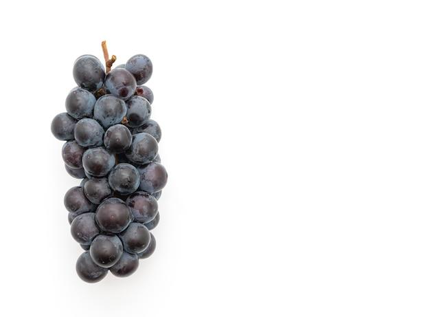 Uvas negras frescas en mesa blanca