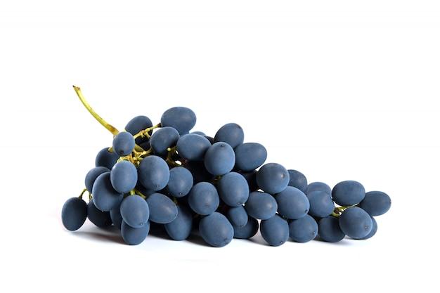 Uvas negras con gota de agua aislado sobre fondo blanco.