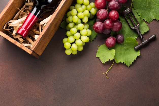 Uvas rojas y blancas para vino envasado.