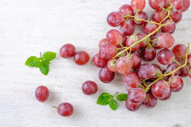 Uvas rojas sobre un fondo blanco