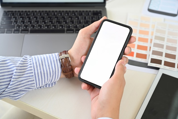 Ux ui diseñador sosteniendo un teléfono móvil con pantalla en blanco