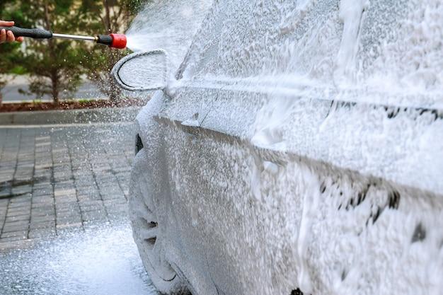 Uzhhorod, ucrania, 15 de agosto de 2020: lavado de autos de autoservicio. lavar agua a alta presión y hacer espuma.
