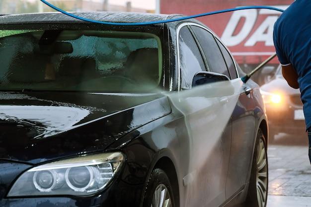 Uzhhorod, ucrania, 7 de agosto de 2019: lavado de autos de autoservicio. lavar agua a alta presión y hacer espuma.