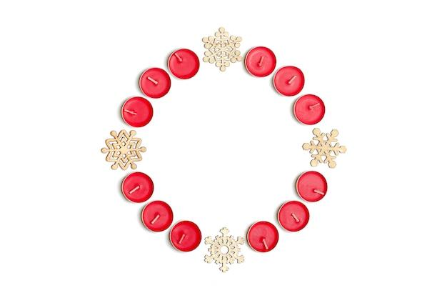 Vacaciones, concepto de celebración de invierno - composición de navidad. velas, copo de nieve, ba blanco
