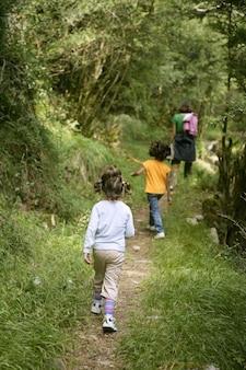 Vacaciones familiares al aire libre caminando por las montañas.