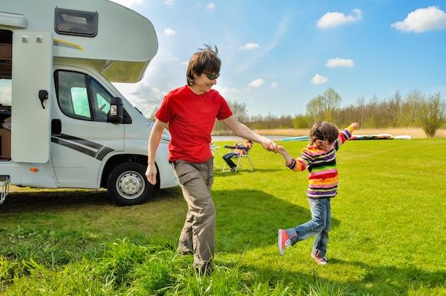 Vacaciones familiares, viaje en autocaravana con niños, feliz padre con niño se divierte en viaje de vacaciones familiares en autocaravana