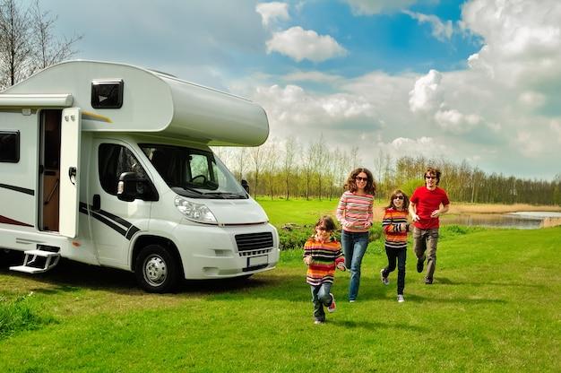 Vacaciones familiares, viajes en autocaravana con niños, padres felices con niños divertirse en un viaje de vacaciones en autocaravana