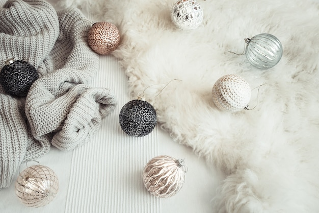 Vacaciones de navidad y año nuevo bodegón con juguetes.