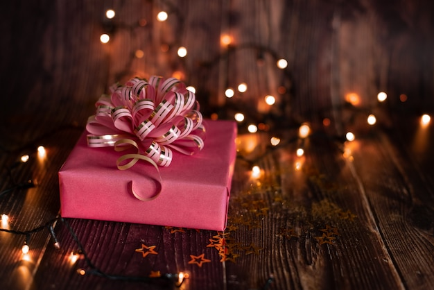 Vacaciones de navidad, mesa navideña con árbol de navidad decorado y guirnaldas