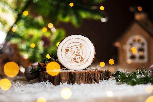 Vacaciones de panadería de comida tradicional, pan de jengibre lucky pig en acogedora decoración cálida con luces de guirnalda