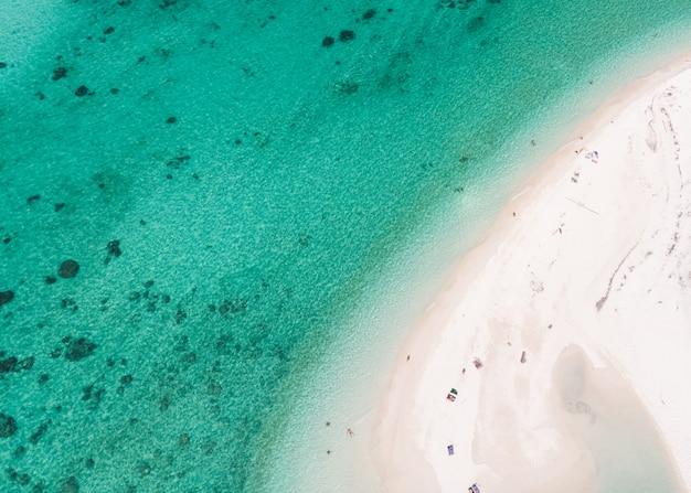 Vacaciones en la playa con mar turquesa en verano en la isla de lipe