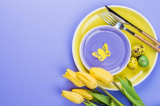 Vacaciones de primavera de fondo. mesa de pascua con tulipanes de primavera