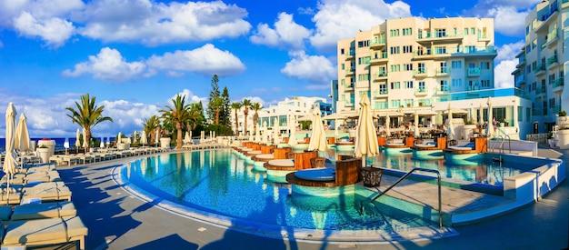 Vacaciones relajantes en un hermoso resort en protaras. isla de chipre