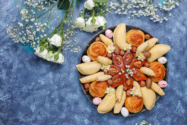 Vacaciones tradicionales de azerbaiyán, galletas novruz, baklavas y shakarburas en bandeja negra