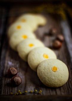 Vacaciones tradicionales de azerbaiyán nowruz cookies baklava en plato blanco con nueces y huzelnuts en placa verde, endecha plana