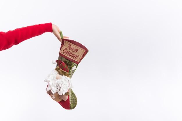 Vacaciones tradicionales de invierno. concepto de calcetín de navidad. verifique el contenido de las medias navideñas.