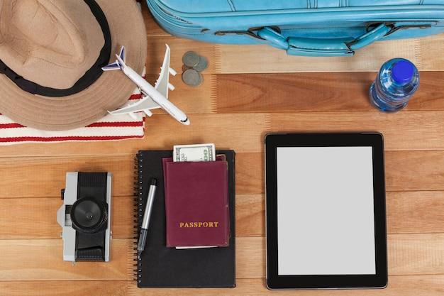 Vacaciones y turismo conceptual con accesorios de viaje.