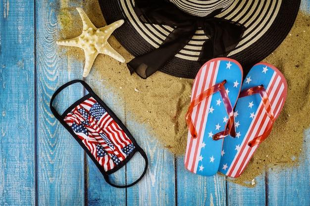 Vacaciones de verano con accesorios en chanclas fondo madera