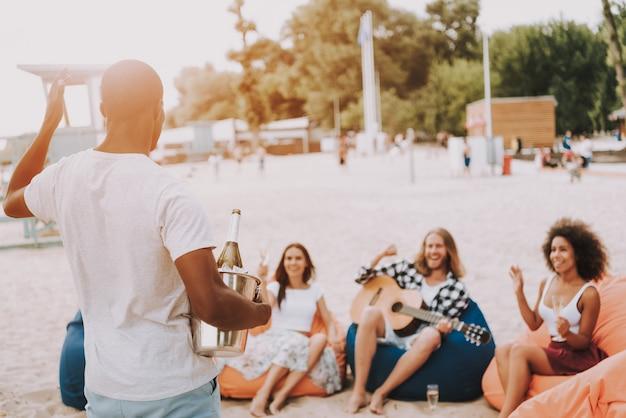 Vacaciones de verano calientes fiesta en la playa con champán helado.