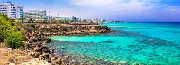Vacaciones de verano en la isla de chipre. protaras con aguas cristalinas