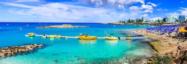 Vacaciones de verano en la isla de chipre. protaras, bahía de la higuera